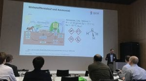 Fto: Dr. Carlo Tiebe, BAM, beim Vortrag auf dem 5. Fachsymposium des HybridSensorNet e.V.